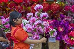 """€ di KUALA LUMPUR, MALESIA """"lanterne e fiori del 23 gennaio 2011 per il nuovo anno cinese Immagini Stock"""