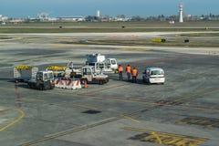 """€ """"FEBRUARI 18 för BOLOGNA ITALIEN: Flygplatsarbetare som väntar på en nivå t Royaltyfri Foto"""