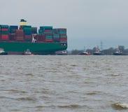"€ Hamburgs, Deutschland ""am 6. Februar: Containerschiff China-Versand lassen agroundon am 6. Februar 2016 in der Elbe nahe Hambu lizenzfreie stockbilder"