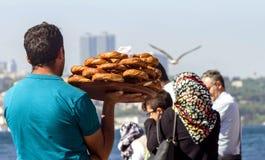 """€ Istanbuls, die Türkei """"am 28. April 2018: Ein Straßenhändler trägt traditionelle türkische Bagel Simit auf dem Bosporus-Damm lizenzfreie stockbilder"""