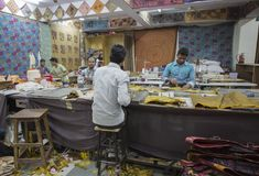 """€ JAIPURS, Rajasthan, Indien """"im Dezember 2016: Schneider bei der Arbeit in Indien Lizenzfreie Stockbilder"""