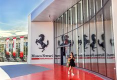 "€ Maranellos, Italien ""am 26. Juli 2017: Mädchen nahe Haupteingang zu berühmtem, populärem Ferrari-Museum (Enzo Ferrari) Lizenzfreie Stockfotografie"