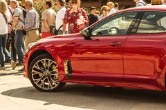 € Russia/di Mosca «08 31 2018: Automobile rossa Kia Stinger con lo showgirl su automobilistico fotografia stock