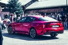 € Russia/di Mosca «08 31 2018: Automobile rossa Kia Stinger con lo showgirl su automobilistico immagine stock libera da diritti