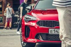 € Russia/di Mosca «08 31 2018: Automobile rossa Kia Stinger con lo showgirl su automobilistico fotografia stock libera da diritti