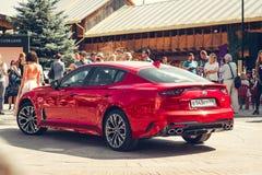 € Russia/di Mosca «08 31 2018: Automobile rossa Kia Stinger con lo showgirl su automobilistico fotografie stock libere da diritti