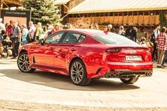 € Russia/di Mosca «08 31 2018: Automobile rossa Kia Stinger con lo showgirl su automobilistico immagini stock