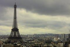 巴黎、埃菲尔和一种都市风景在一多云天 免版税库存图片