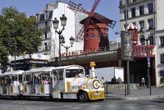 巴黎、威严的18,2013-Moulin胭脂和观光的火车在巴黎 库存图片