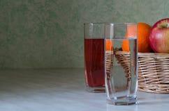 水、汁液和果子 免版税库存图片