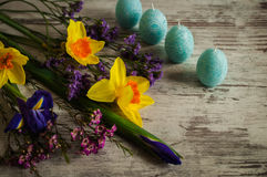 黄水仙、虹膜和春天美丽的花束开花 免版税库存照片