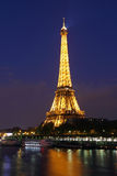 巴黎。有光的艾菲尔铁塔,在夜。 免版税图库摄影