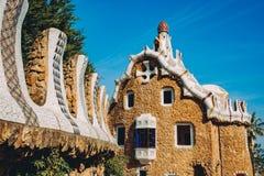 一一个五颜六色的马赛克大厦在平衡的温暖的太阳光公园Guell,巴塞罗那,西班牙 免版税图库摄影