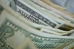 一一百美元钞票的宏观细节连续与许多其他钞票 免版税图库摄影