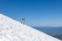 一下降多雪的倾斜 库存照片