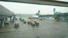 一下雨天在机场 免版税库存图片