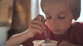 一个七岁的男孩吃酸奶 影视素材