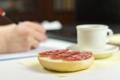 一个三明治在文字人的背景中 免版税库存图片