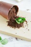 以一个下落的花盆的形式巧克力点心 免版税库存照片