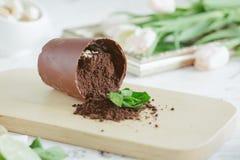以一个下落的花盆的形式巧克力点心 免版税库存图片