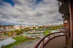 一个与云彩的小镇和天空的美丽的景色有房子的 图库摄影
