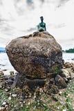 一个与实物大小一样的古铜色雕象的特写镜头,保温潜水服的女孩 人生si 免版税库存照片