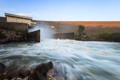 一个与氢结合的电水坝的溢洪道在Lampang泰国Kiw Ko Ma山的  免版税库存图片