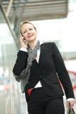 一个专业女商人的画象外面电话的 免版税库存照片
