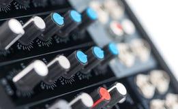 一个专业混合的控制台的细节 免版税库存图片