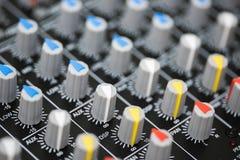 一个专业混合的控制台的细节 库存图片