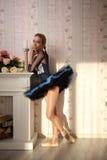 一个专业跳芭蕾舞者的画象在太阳光的在家庭内部 库存照片