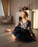 一个专业跳芭蕾舞者的画象坐木地板 芭蕾概念 免版税图库摄影