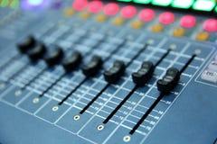 一个专业音乐控制台称音频搅拌器用于公开音乐会和其他音乐事件 免版税图库摄影