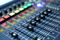 一个专业音乐控制台称音频搅拌器用于公开音乐会和其他音乐事件 免版税库存图片
