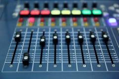 一个专业音乐控制台称音频搅拌器用于公开音乐会和其他音乐事件 免版税库存照片