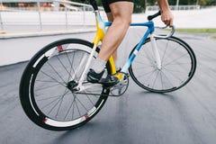 一个专业骑自行车者在一辆美丽和充满活力的城市自行车乘坐 一辆固定的自行车的人 图库摄影