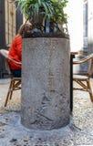 一个专栏的遗骸与题字的在拉丁语,提及位于耶路撒冷的第10个罗马军队,位于在贾法角Ga附近 免版税库存图片
