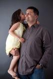 一个东印度人女孩亲吻她的父亲 图库摄影