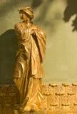 一个东方人的金黄雕象 库存图片