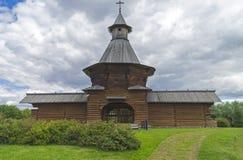 一个东正教修道院的墙壁的塔和片段 免版税库存图片