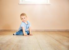 一个两岁孩子的画象坐地板 库存图片