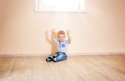 一个两岁孩子的画象坐地板 免版税库存图片