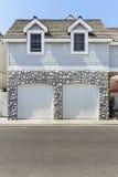 一个两辆汽车车库的美丽的景色 免版税库存图片