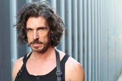 一个严肃的被刺穿的人的画象有胡子和长的头发的 库存图片