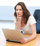 一个严重的女实业家工作的纵向 免版税库存照片