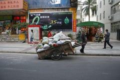 一个中国人乘他手拉的推车等待 免版税库存图片