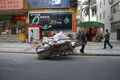 一个中国人乘他手拉的推车等待 库存图片