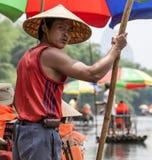 一个中国人在中国带领一条竹小船 免版税图库摄影