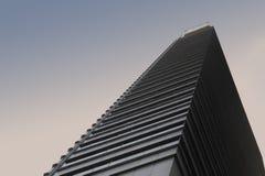 一个中心商务区旅馆积木的一个美好的风景看法从街道水平的在有角透镜在日落天空下 图库摄影