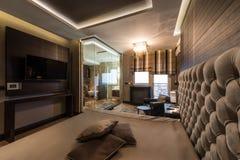 一个主卧室的内部有豪华卫生间的 免版税库存照片
